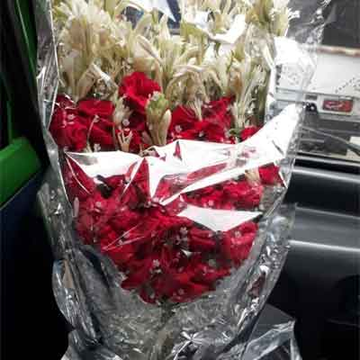 Real Flower bouquet price 1300